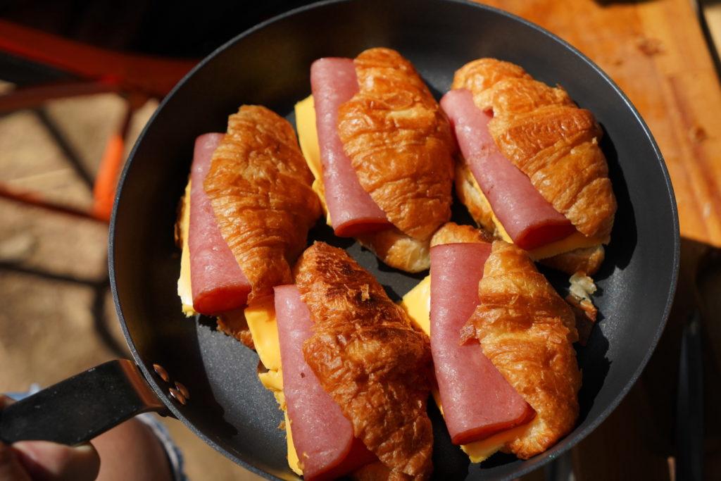 露營早餐可頌配起司跟火腿